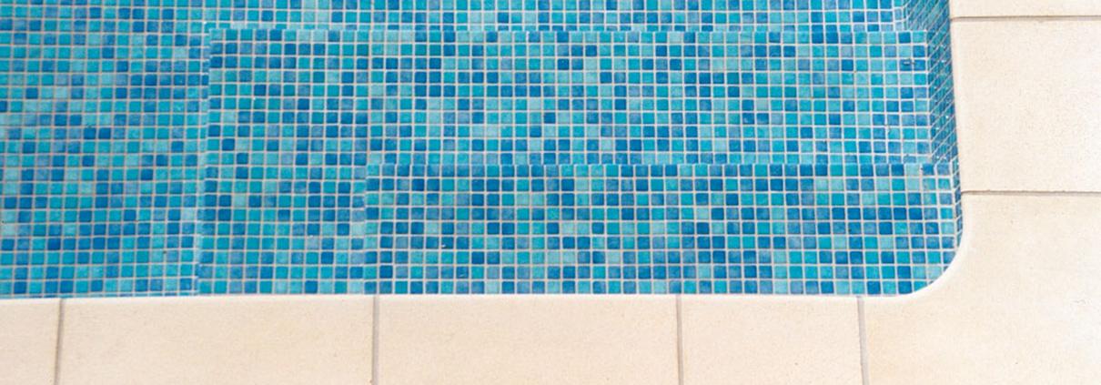 Freibad mit Mosaikfliesen