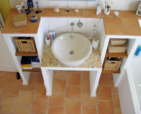 Gemauerter Waschtisch mit Cotto und Mosaik-Fliesen