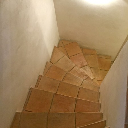 Treppe mit Naturstein-Fliesen