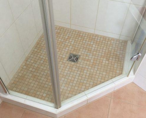 Feinsteinzeug mit Mosaik-Fliesen kombiniert