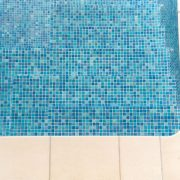 Schwimmbad mit Mosaikfliesen