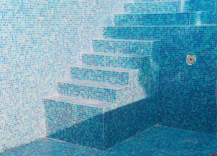 Schwimmbad mit mosaikfliesen fliesenfachgesch ft werner for Schwimmbad mosaik